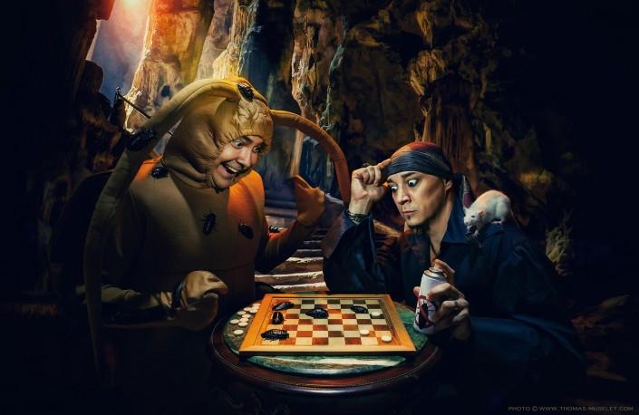 photo de deux magiciens qui jouent une partie d'échec avec des blattes