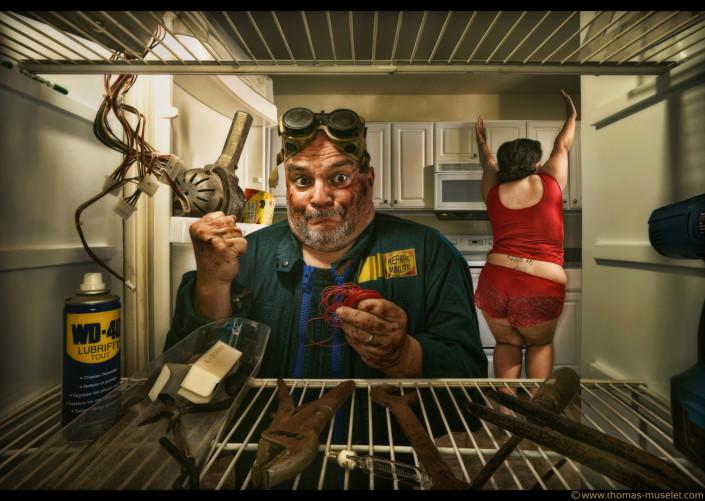 photo originale dans un frigo par thomas muselet une grosse dame et un réparateur