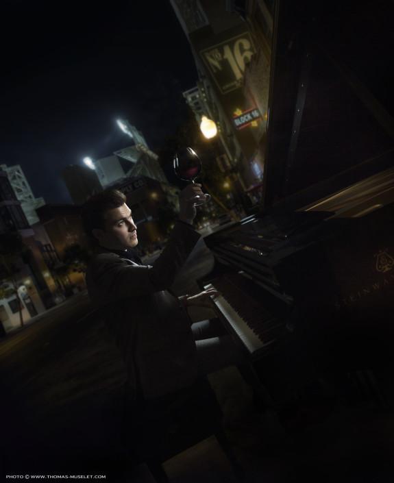 un sommelier joue du piano