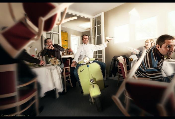 photo originale de cuisinier sur un scooter dans sa cuisine