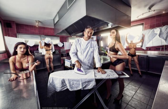 Un cuisinier avec des jolies filles nues