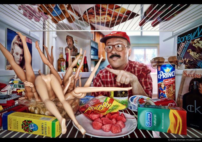 un homme bizarre dans un frigo avec des poupées