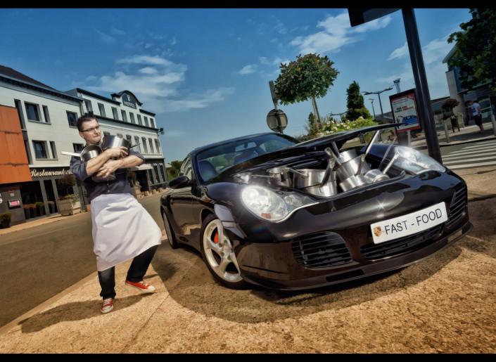 photo de cuisiner avec une voiture et des casseroles porshe