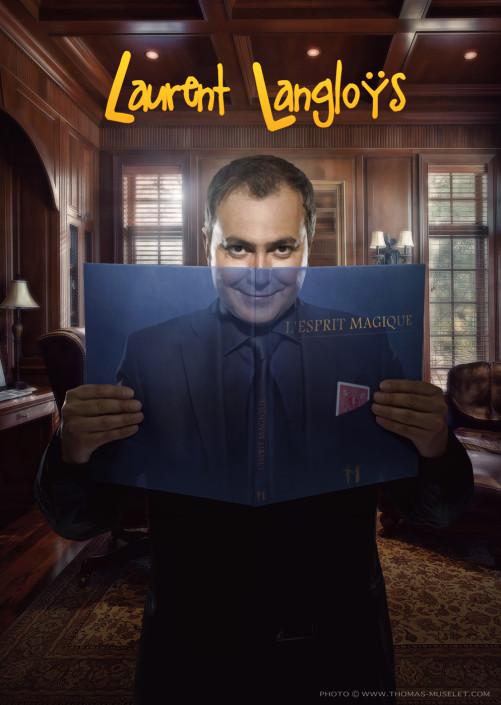 une photo de magicien ou il voit àtravers son livre