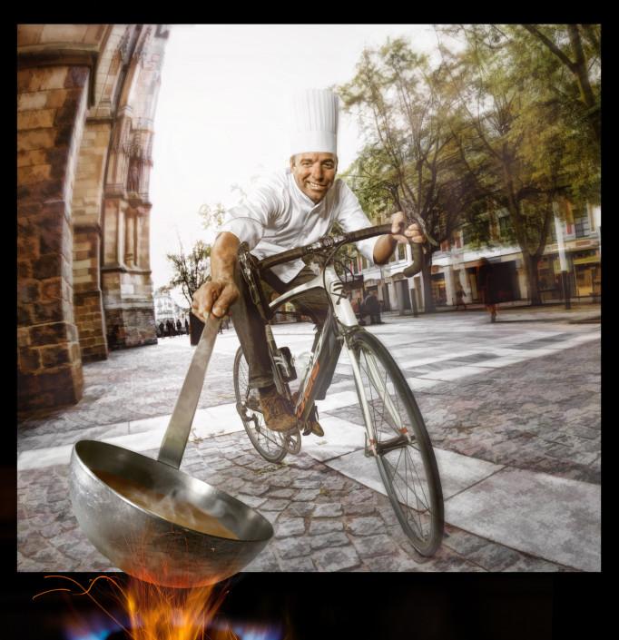un cuisinier sur son vélo montage photo