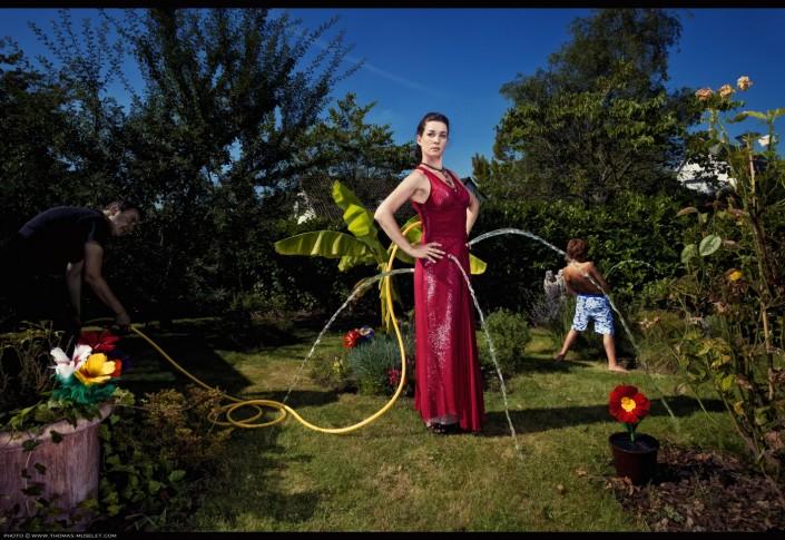 photo d'une famille de magiciens dans leur jardin