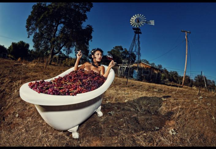 photo d'une femme dans une baignoire remplit de raisins pour une marque de vin en Californie
