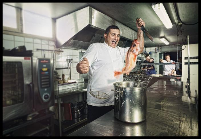 un cuisinier fait sauter un poisson