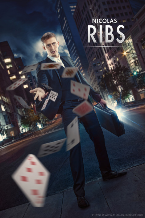 magicien qui envoie ses cartes de magie