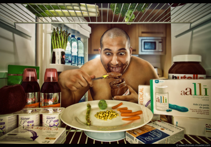 photo originale dans un frigo par thomas muselet avec un homme un peu gros