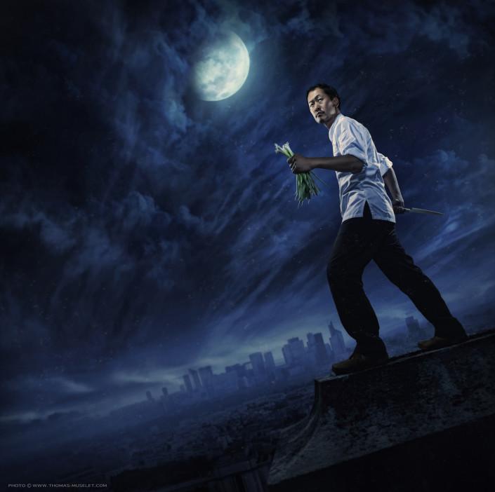 Photo de cuisinier futuriste au bord d'un toit dans la nuit avec la lune