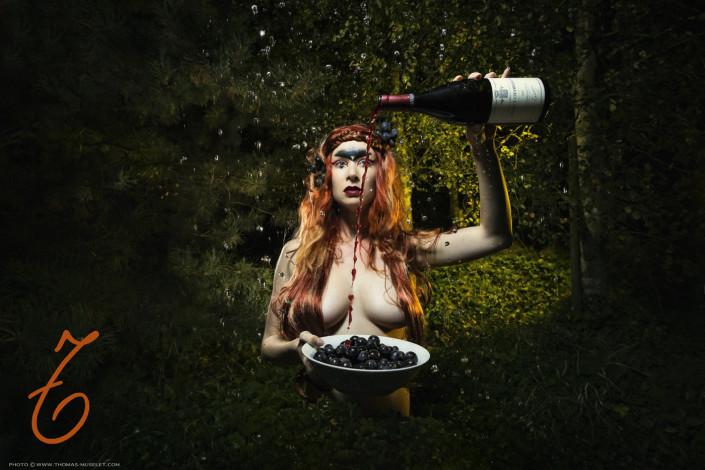 une femme fait couler du vin sur ses gros seins