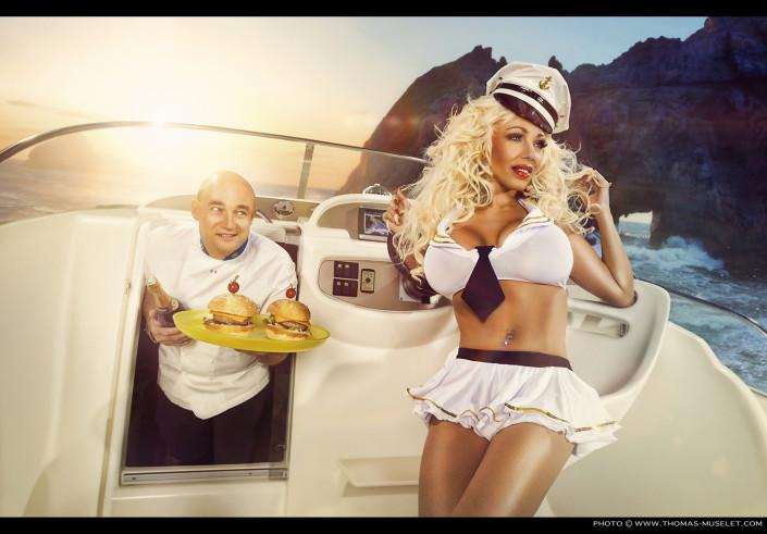 un cuisinier en photo avec une belle femme sur un bateau
