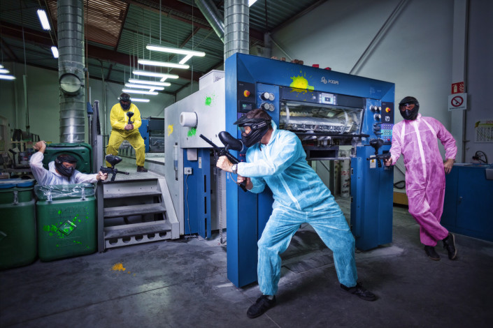 une equipe de paintball joue dans une imprimerie