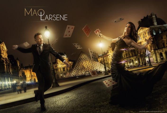 Photo de magiciens originale, une femme magicienne Mao et un magicien Larsène, se battent devant le Louvres àParis avec des cartes magiques