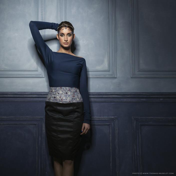 photo d'une belle femme style mode sur un mur bleu par thomas muselet