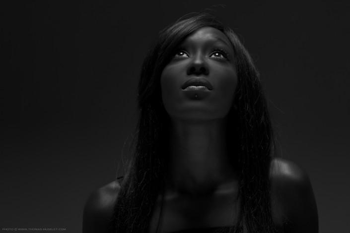 portrait noir et blanc d'une femme noir avec un éclairage simple