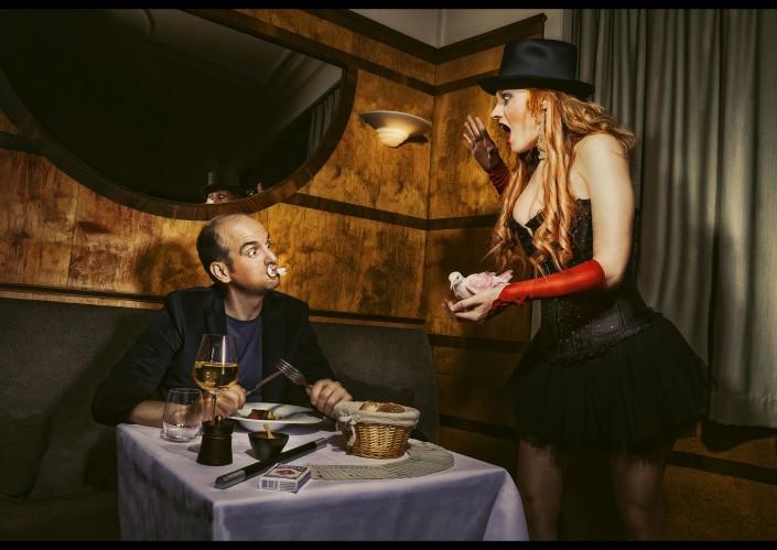 photo humoristique d'un chef cuisinier et une magicienne