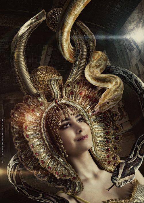 photo d'une jolie femme avec un chapeau egyptien avec des serpents