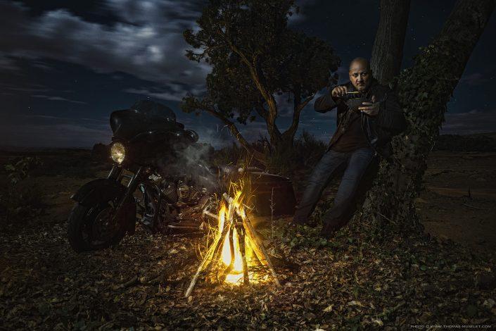 """photo du chef cuisinier Frédéric Anton avec sa moto à coté d""""un feu"""