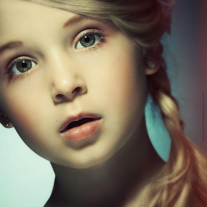 photo d'une jolie petite fille blonde