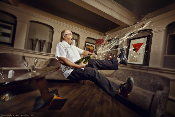 photo d'un cuisinier qui débouche une bouteille de champagne