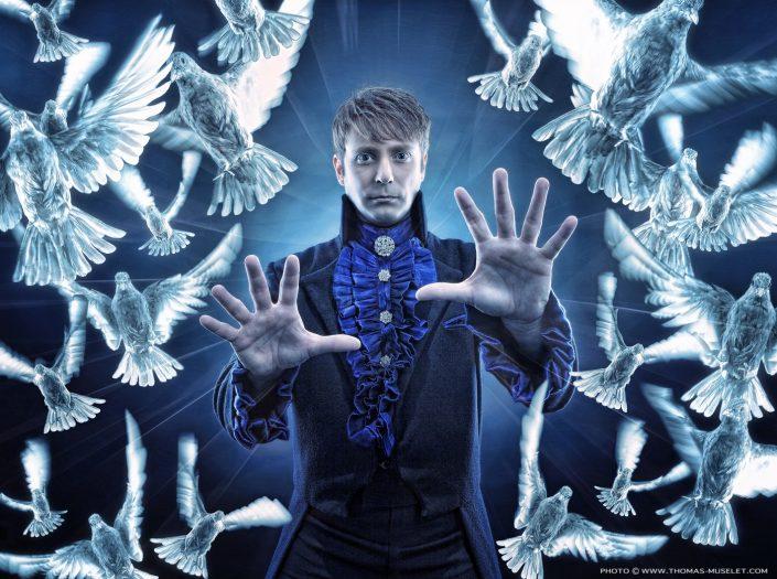 photo d'un magicien avec toutes ses colombes