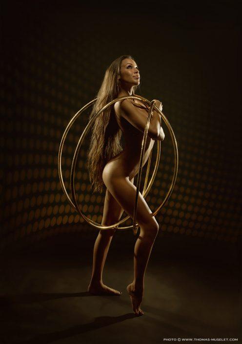 Photo d'une jolie femme nue qui fait du houla oup
