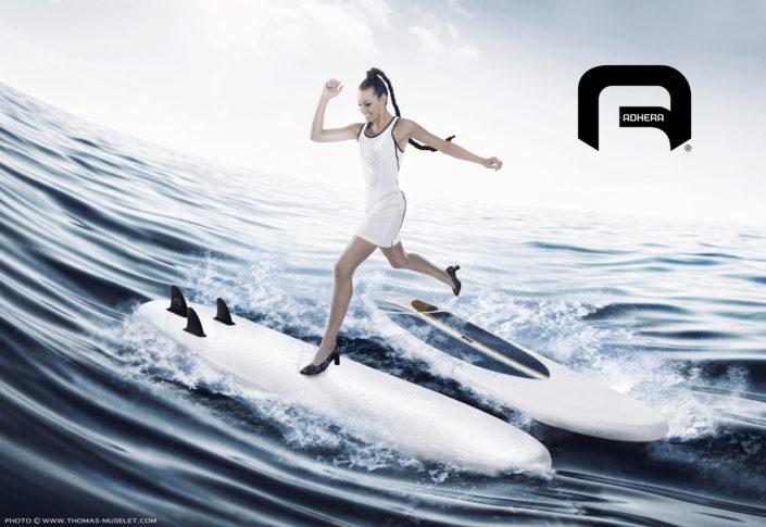 photo d'une femme qui saute sur un paddle sans glisser
