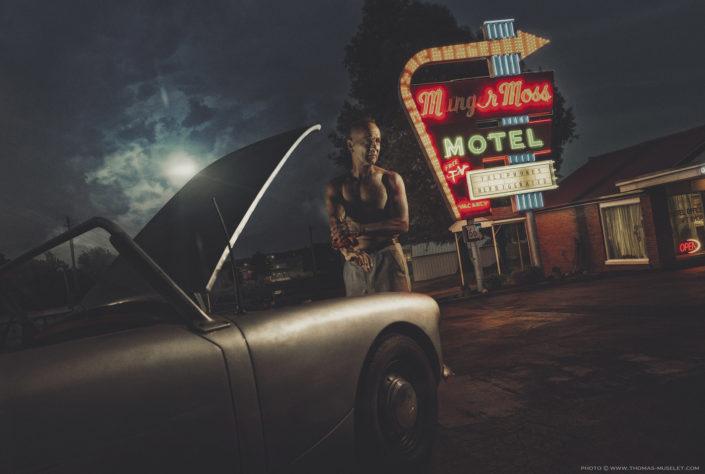 un homme avec une vielle voiture en Californie route 66