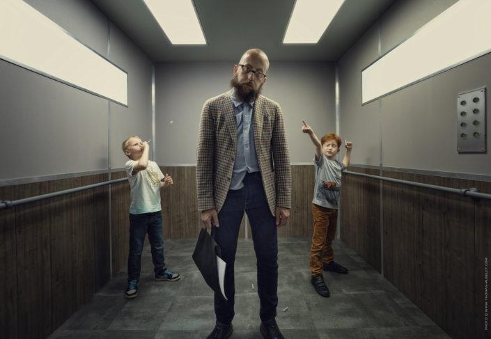 photo artistique réalisée dans un ascenseur d'un professeur humilié par ses éléves