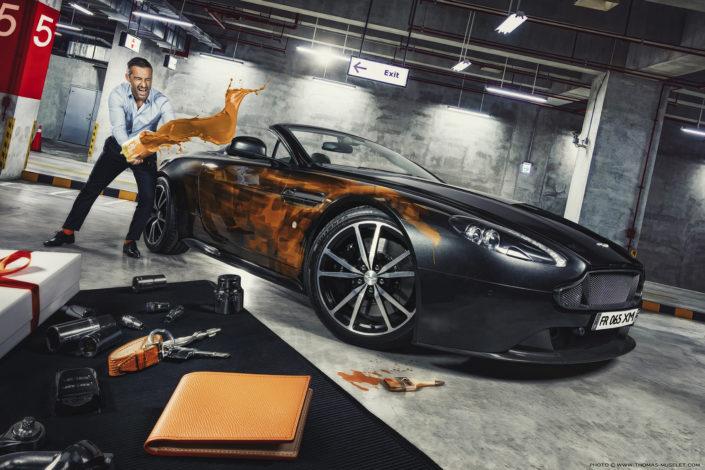 photo d'un homme qui jette de la peinture sur sa voiture