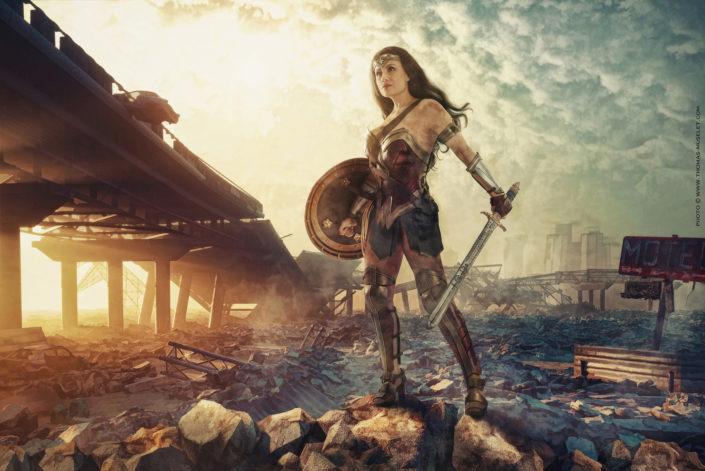 photo d'une belle wonderwoman française, dans un décor apocalyptique.